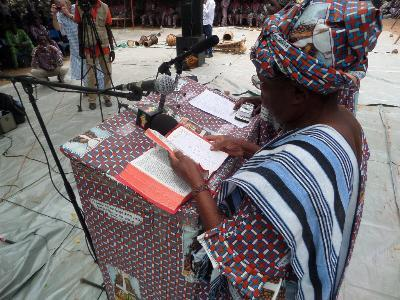 Maman Sara lisant en public la Bible en Boomu.jpg